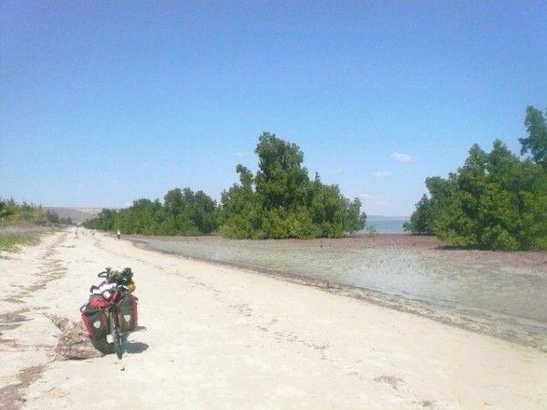 In bici sul bagnasciuga di Tulear